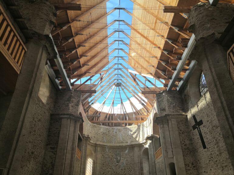 prosklená střecha kostela v Neratově